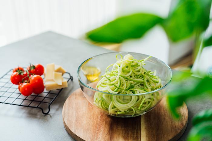 gutes abendessen gesund essen leichtes essen am abend leckeres essen kimbino zoodles glasschüssel frische cherry parmiggiano