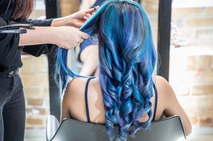 haaransatz färben blonde haare färben haare tönen friseur haarfarbe tricks junge frau blaue haare lang
