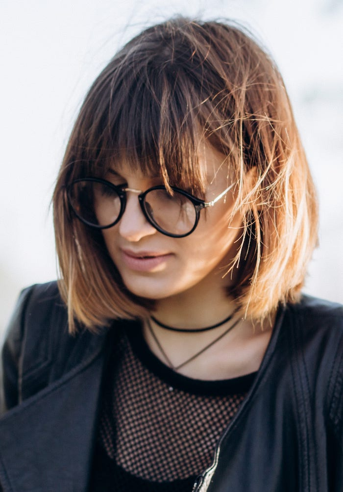 haarfarbe ideen balayage auf braune haare runde brillen coole frisuren mit pony schwarze jacke kurzhaarfrisuren inspo