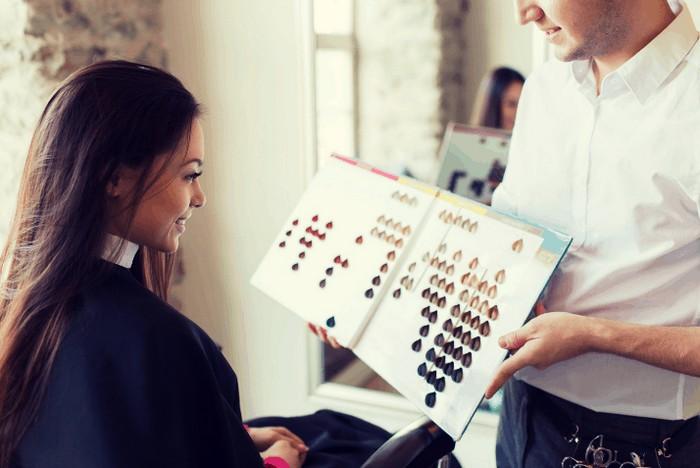 haarfarben ideen friseur haarfarbe haare färben welche farbe haarfarbe für dunkle haare frau im salon haarfarbe auswählen muster