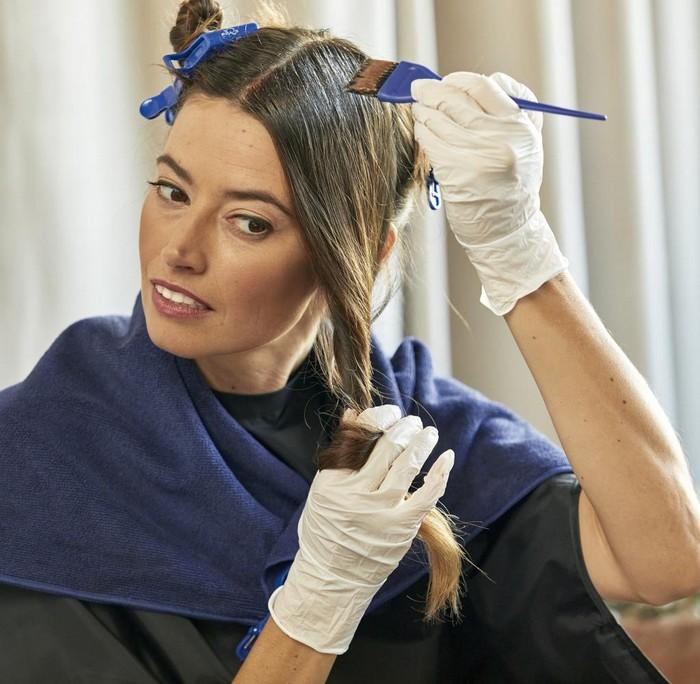 haarfarben ideen haaransatz färben haselnussbraune haare selber färben frau mit weißen handschuhen dunkler handtuch färbt sich selbst