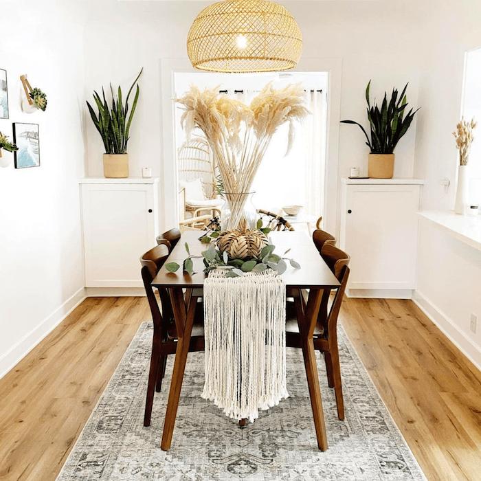 heller essbereich grüne pflanzen dekoration bilder esszimmer inspiration heller holzboden mit teppich minimalistische ausstattung