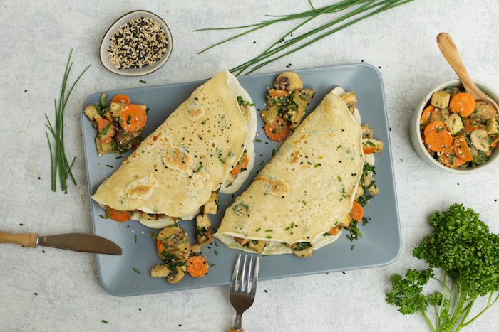 herzhafte pfannkuchen vegetarisch gefüllte pfannkuchen mit spinat pfannkuchenfüllung frisches gemüse zwei große pfannkuchen petersilie möhren
