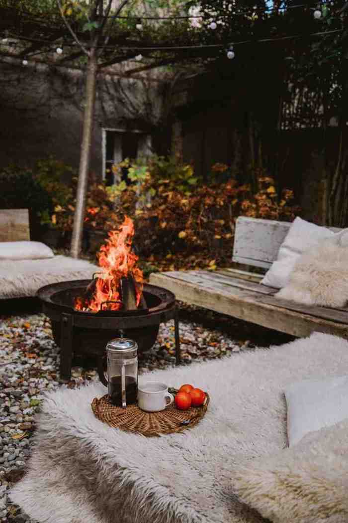 hinterhof mit feuerstelle gartenmöbel aus holz flauschige decken kreative und schöne gartenideen