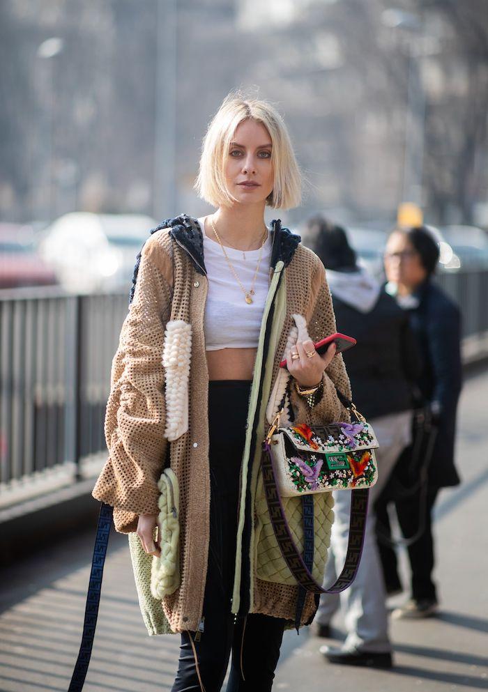 hippie style inspiration street style kurze blonde haare pflegeleicht kurzhaarfrisuren für feines haar weißes crop top langer mantel schwarze jeans