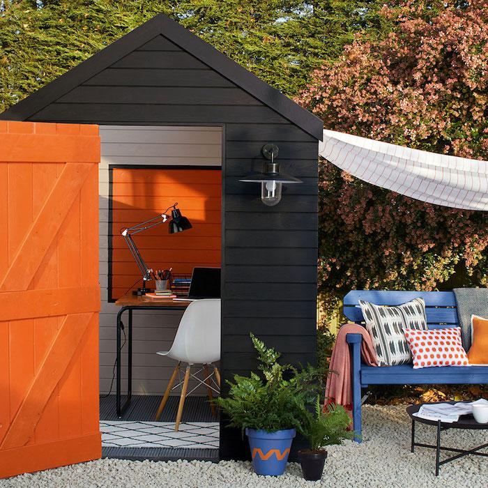 home office gartenhäuchen umgestalten kleines bür weißer stuhl orange wand gartenhaus mit terrasse blumentopf mit grüner pflanze