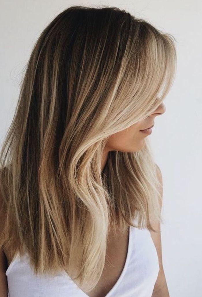 ideen für braune haare mit blonden strähnen mittellange leicht gewellte haare weißes top legeres outfit wie soll ich meine haare färben inspo und ideen