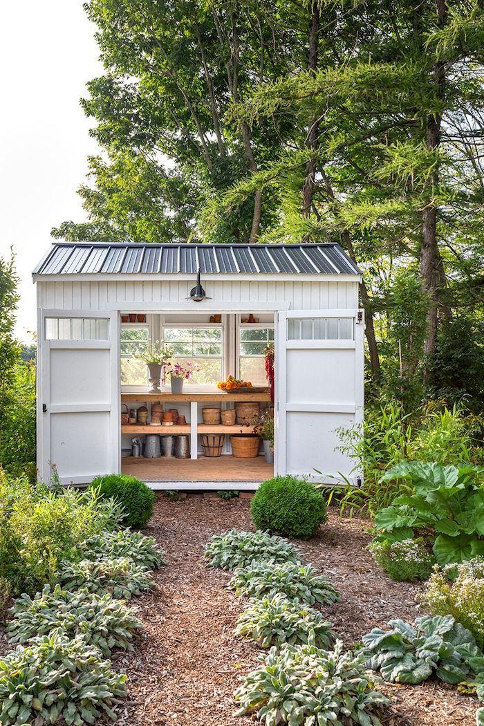 ideen für einrichtung von haus im garten holz gartenhaus mit vielen töpfen grüne pflanzen und bäume