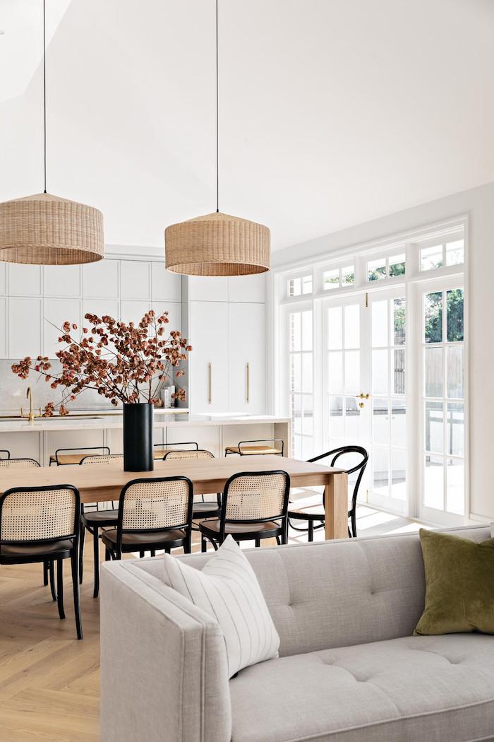 ideen kombiniertes wohn esszimmer einrichten großer esstisch gewebte schwarze stühle grauer couch moderne inneneinrichtung