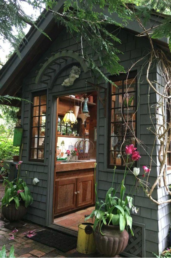 inspiration und ideen gartenhaus umwandeln holzhaus garten mit kleiner küche inneneinrichtung inspo