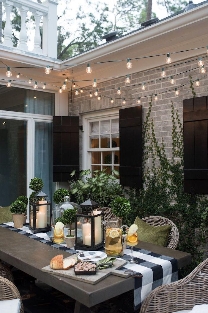 inspo gartengestaltung beispiele und bilder großer dunkler tisch aus holz kleine hängeleuchten dekoration inspiration grüne kissen