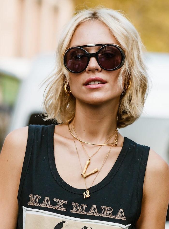 interessante schwarze sonnenbrillen rund schwarzes max mara top mittelgroße goldene ohrringe kurze blonde haare leicht gewellt mittellang bob frisuren