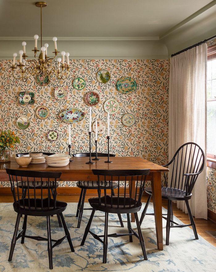 interior design inspiration holztisch schwarze essstühle bunte wantapete klassische pendelleuchte esszimmer einrichten inspo ideen