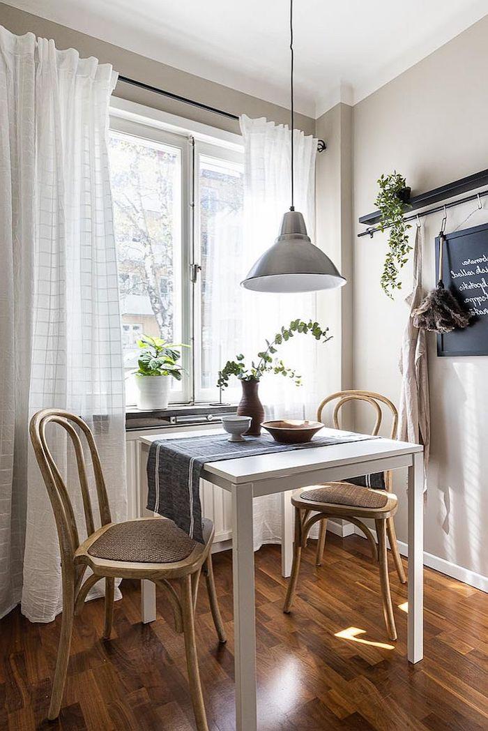 interior einrichtung inspiration essplatz ideen wenig platz kleiner tisch am fenster zwei stühle weiße gardinen kleine wohnung einrichten ideen und inspo