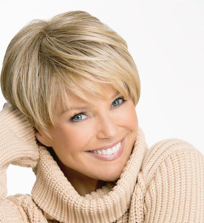 jünger machen frisuren ab 50 kurzhaarfrisuren damen 2021 frech kuruhaarfrisuren für feines haar ab 50 frau in pulli pixie cut blond lächelt