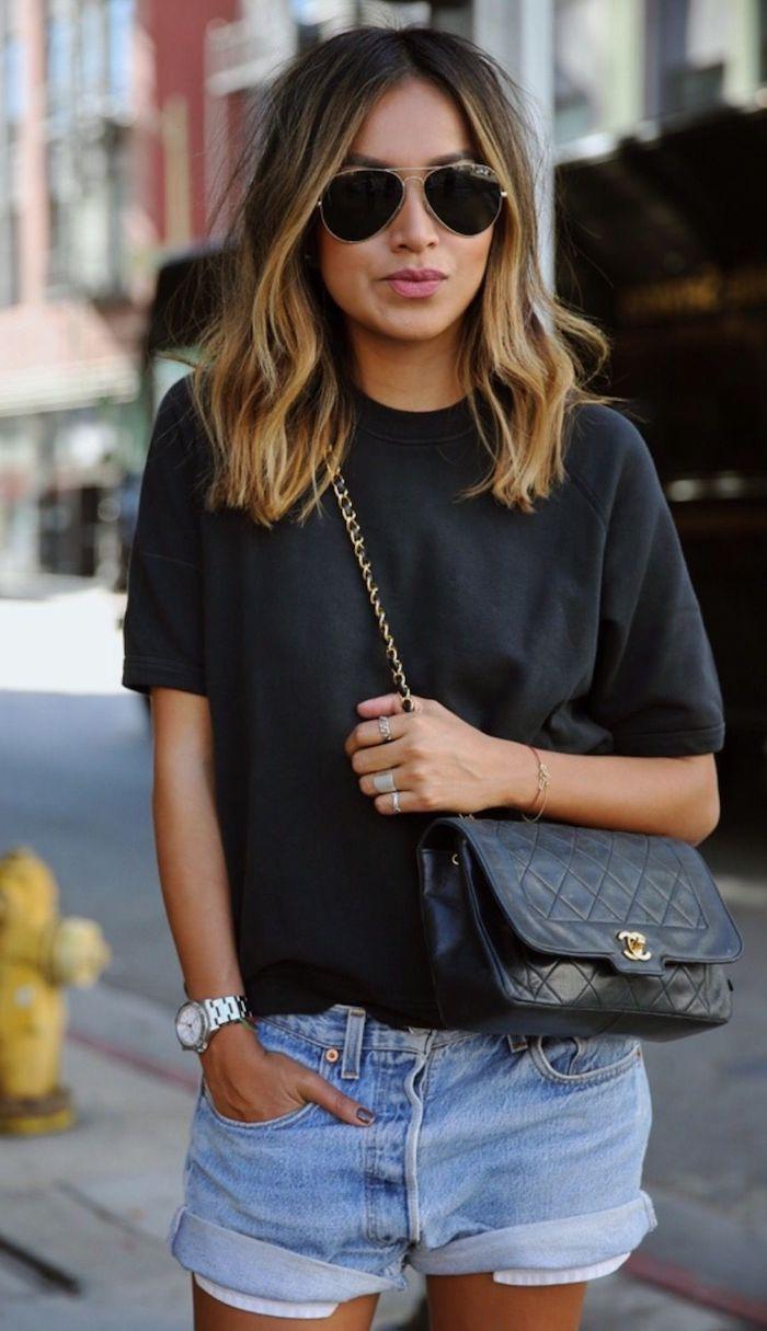 julie sirinana style inspiration casual outfit weites schwarzes t shirt und jeans short schwarze umhängetasche frisuren für mittellanges haar mit blonden strähnen