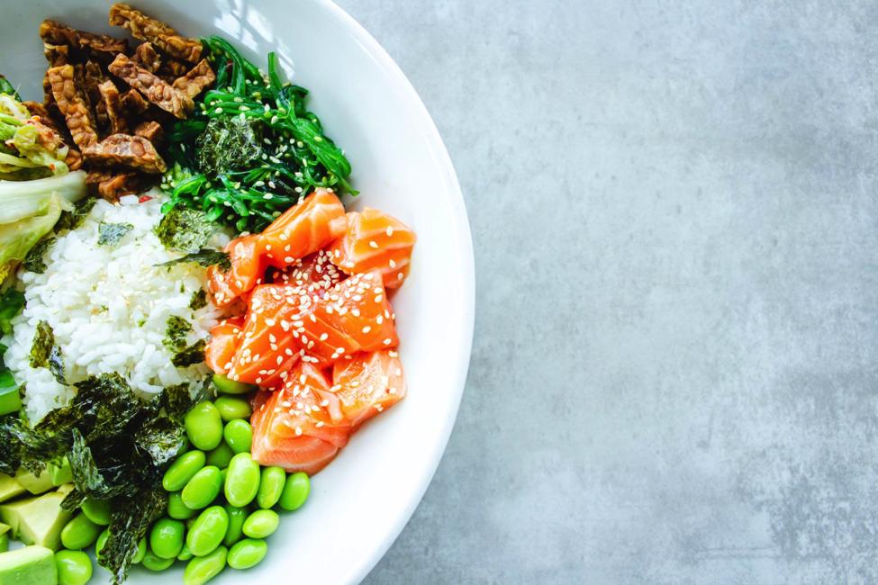 kalorienarme rezepte kimbino gutes abendessen leicht essen am abend buddha bowl mit lachs bohnen reis avocado