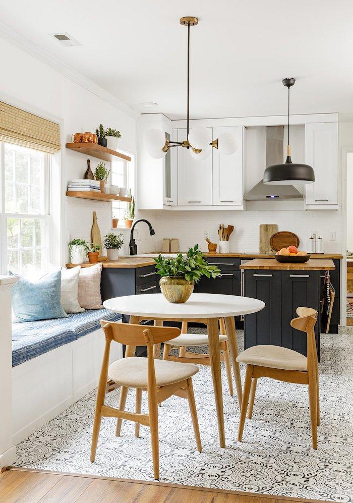 kleine küche mit essbereich essplatz ideen wenig platz schwarze küchenschränke runder esstisch mit holzstühlen pastellfarbene kissen schwarze hängende lampe offene regale küche