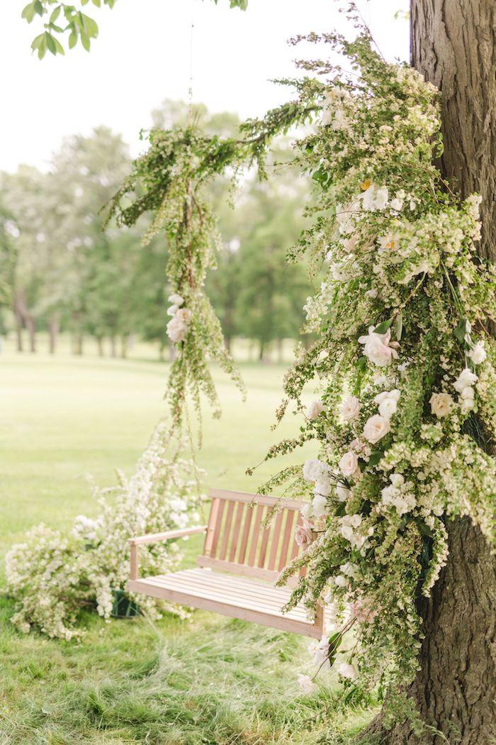 kleine schaukel aus holz hochzeit im garten schöne weiße rosen kleiner garten modern gestalten dekoration ideen und inspo