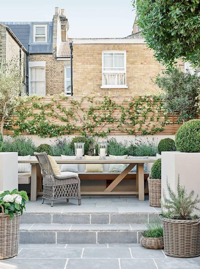kleine und große grüne bäume gartengestaltung terrasse höher als garten kletterpflanzen an eine holzwand