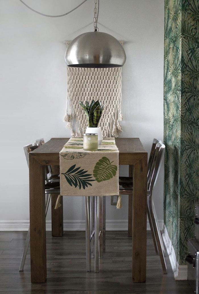 kleine wohnung ausstatten tisch ausholz esszimmer einrichten modern minimalistisch pendelleuchte aus metall kleine deko pflanze