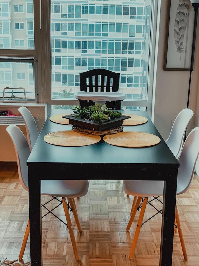 kleinen raum gestalten schwarzer esstisch mit grauen stühlen bilder esszimmer wie sie ihr essbereich einrichten können modern stylisch