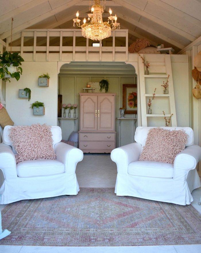 kleines gartenhaus als raum einrichten zwei weiße sofas mit flauschigen kissen pinker schrank