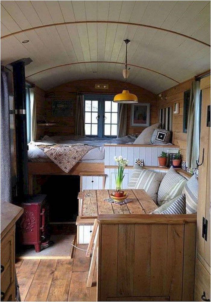 kleines schlafzimmer modernes gartenhaus hochbett mit schrank kleines sofa tisch aus holz