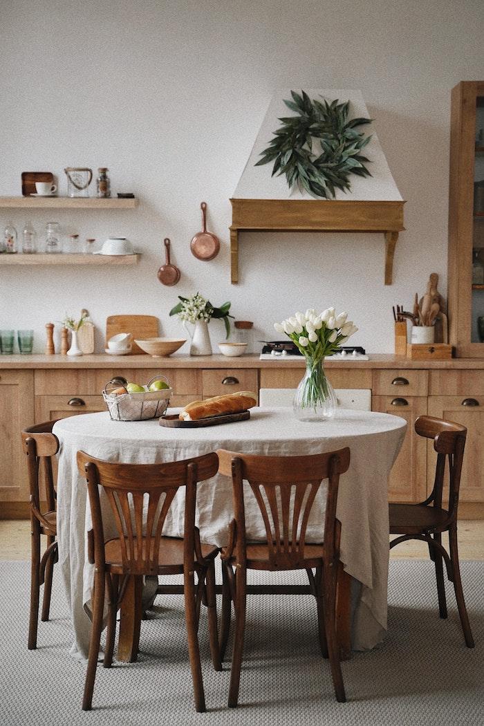 küche mit essbereich küchenmöbel aus holz stylische ideen esszimmer stühle aus holz moderne inneneinrichtung inspo