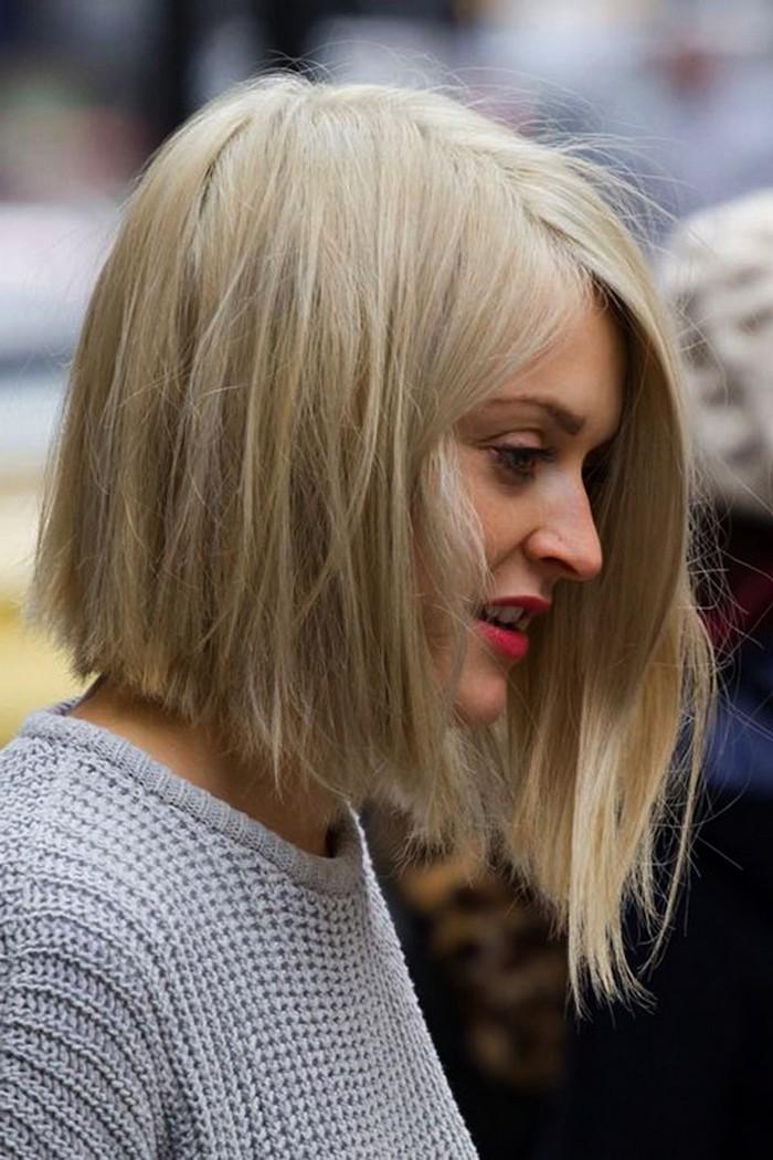kurzer blunt bob haarschnitt auf blonde haare grauer pullover street style fashion inspiration frisuren halblang bob ideen soll ich mit die haare kurz schneiden