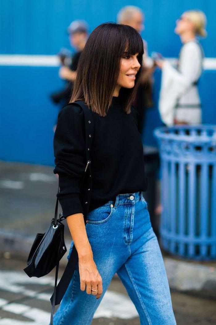 lässiger street style jean und schwarze bluse und mini tasche dunkel braune haare kurze geschnitten mit pony blunt bob frisuren mittellang inspiration
