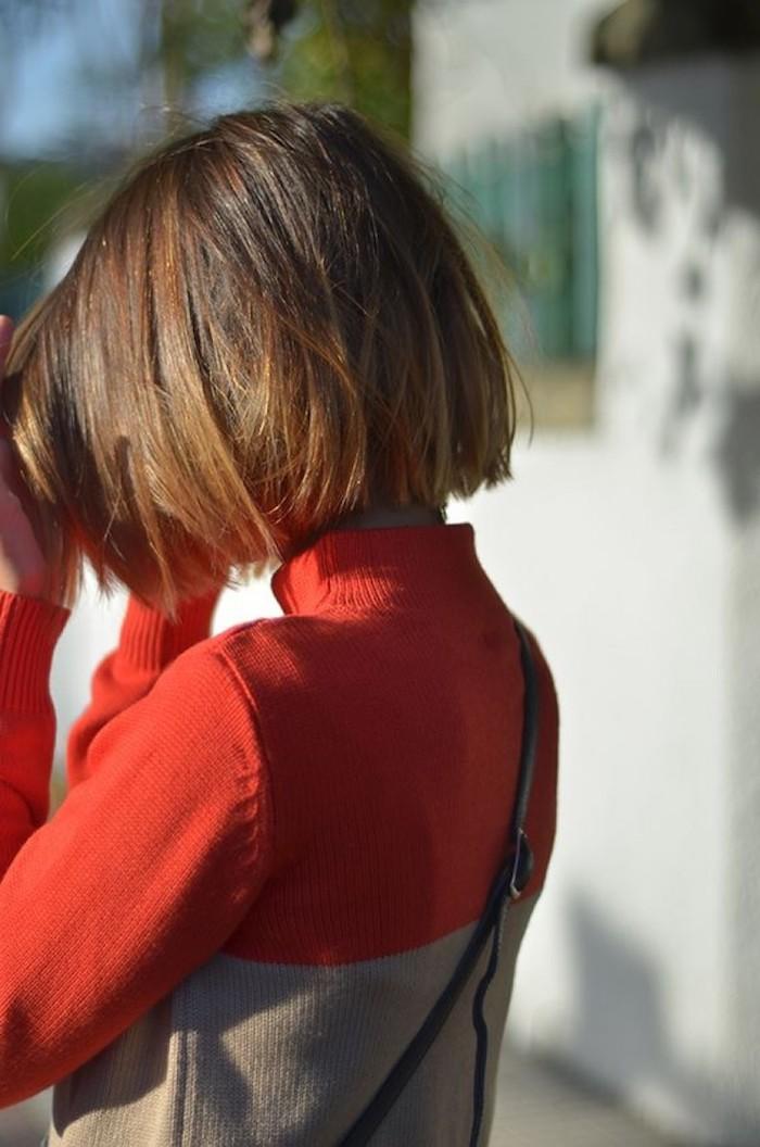 lässiger streetstyle pullover in zwei farben rot und braun dame mit kurzem haarschnitt mittellang bob frisuren blunt cut braune haare mit strähnen