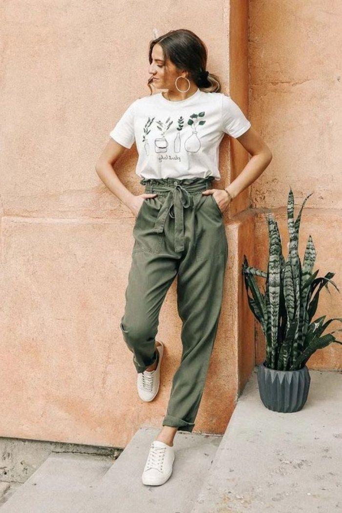 lässiges outfit für jeden tag weißes t shirt mit print grüne grüne paperbag hose stylen mit weißen sneakers runde kreolen ohrringe grüne pflanze im grauen topf