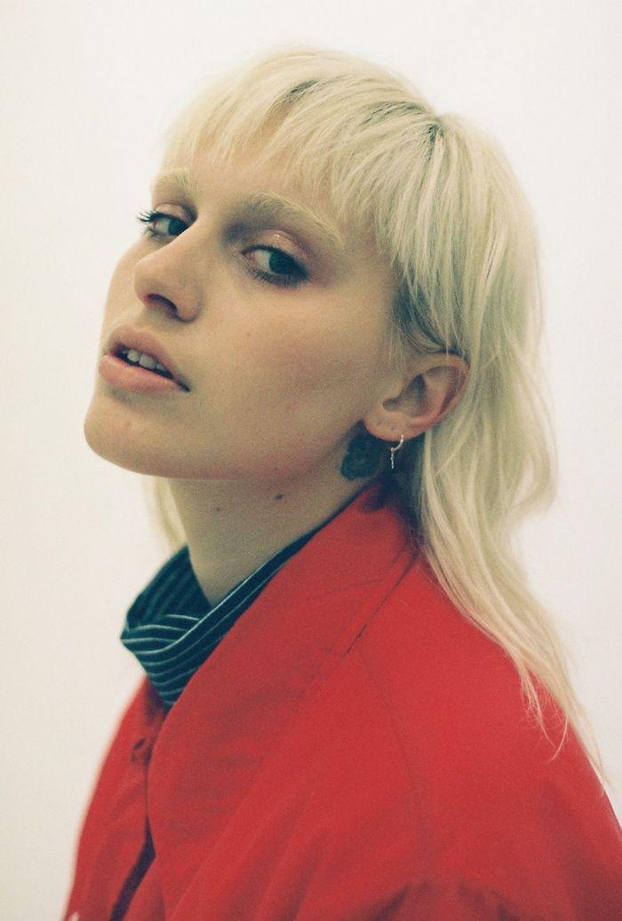 lässiges outfit rote jacke model mit blonden haaren frisuren oberkopf kurz hinten lang trendige frisuren