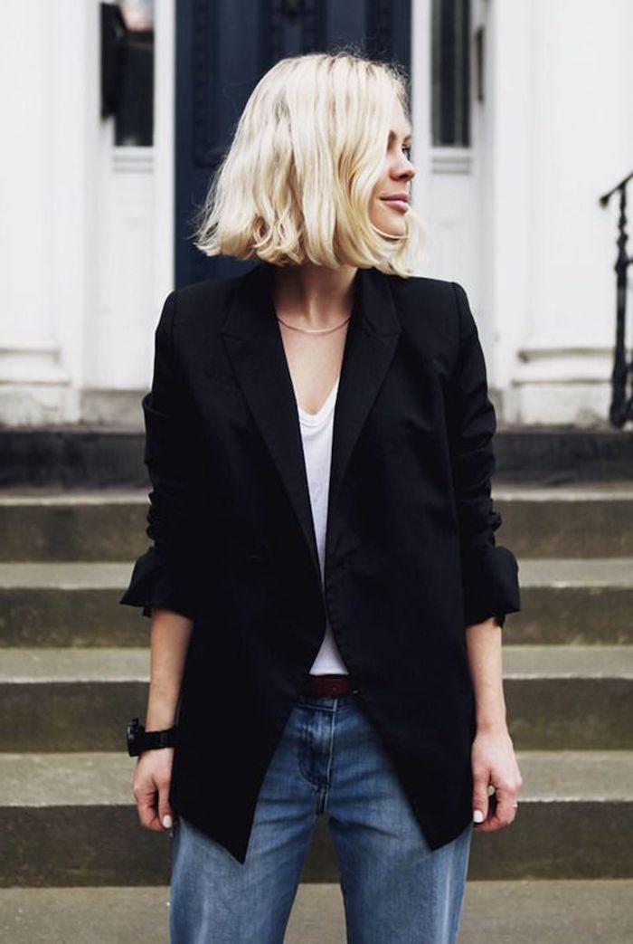 legeres outfit street style weite jeans oversized blazer und weißes t shirt bob frisuren 2021 dame mit hellblonden haaren kurzhaarfrisuren ohne stufen