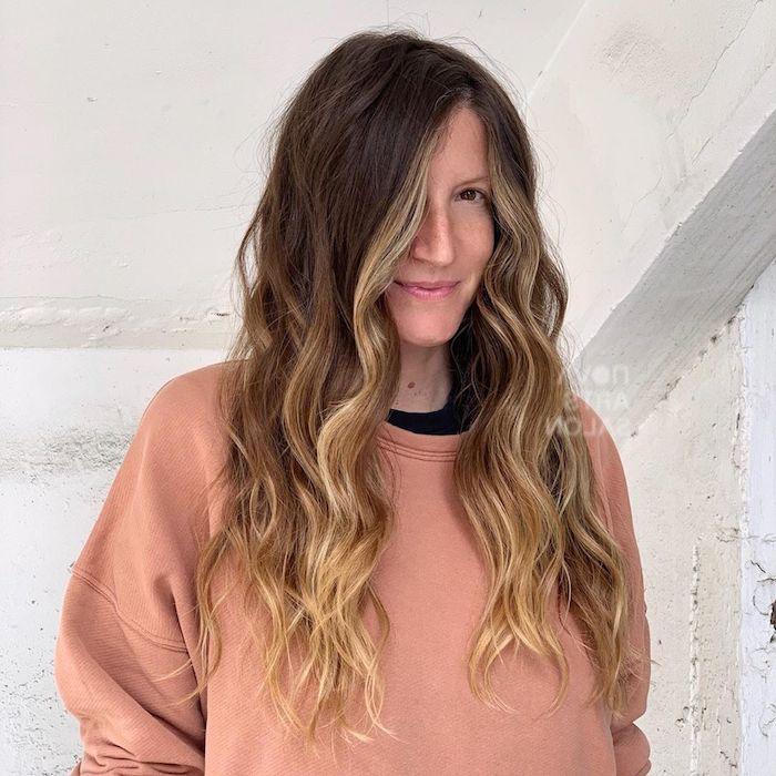 legeres outfit sweatshirt braune haare blonde strähnen lange gewellte haare wie soll ich mit die haare färben trendige inspiration haarfarbe