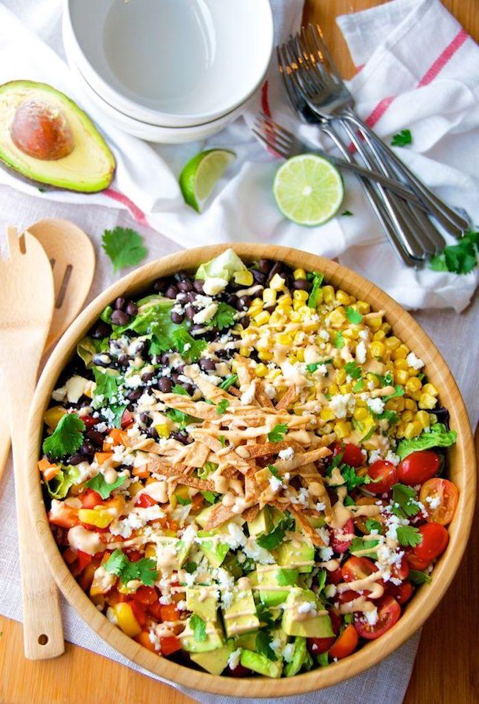 löffel und gabel aus holz beilagen zum grillen schnell gemacht ein salat zum grillem mit mais tomaten und avocados