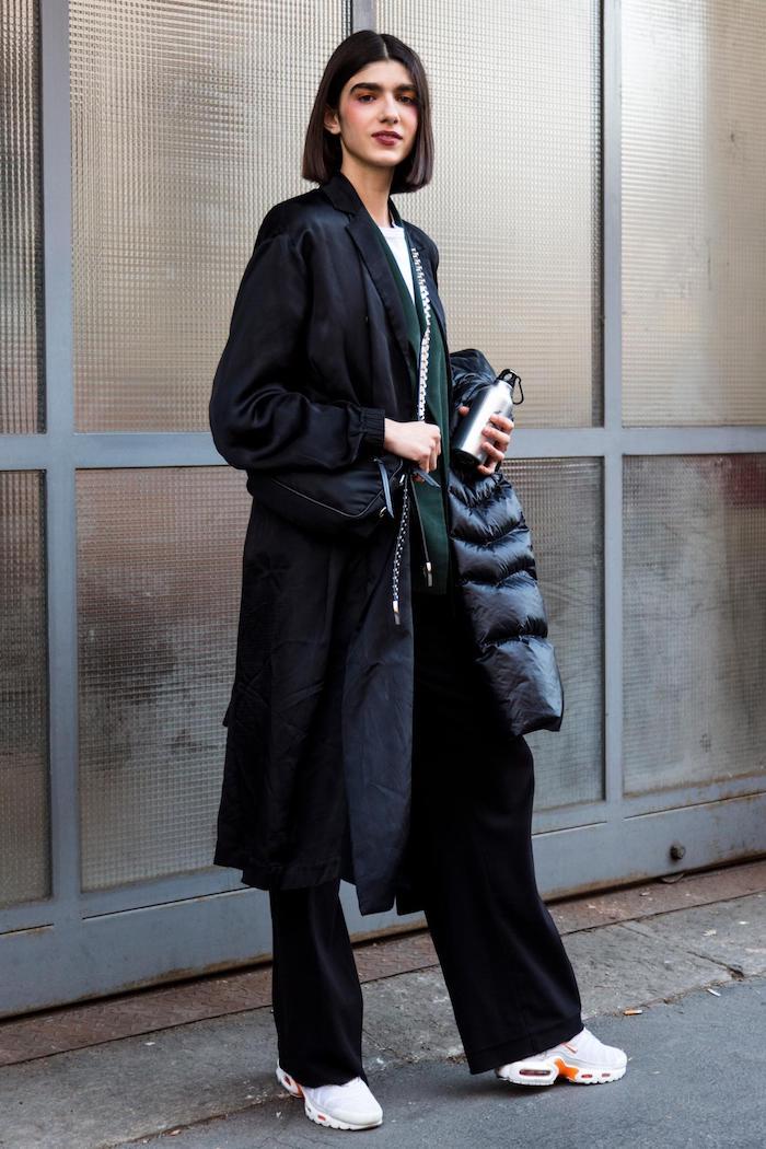 mailand street style schwarzes outfit oversized mantel weiße sneakers blunt cut bob schwarze haare geschminkte frau fashion inspiration