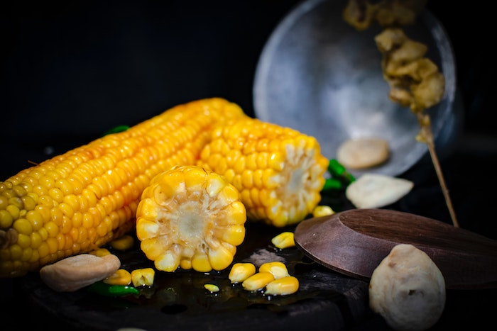 maiskolben kalorien gein tisch aus holz mexikanische gerichte mit gegrilltem maiskolben frischer petersilie und ingwer
