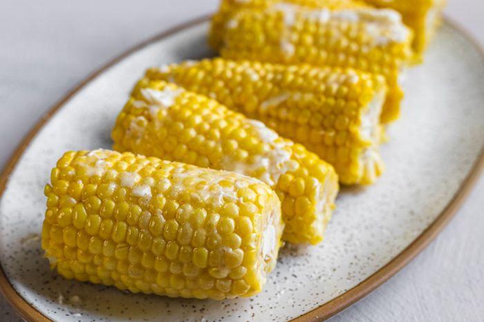 maiskolben rzepte ein weier teller mit kleinen gelben geschnittenen maiskolben mit käse