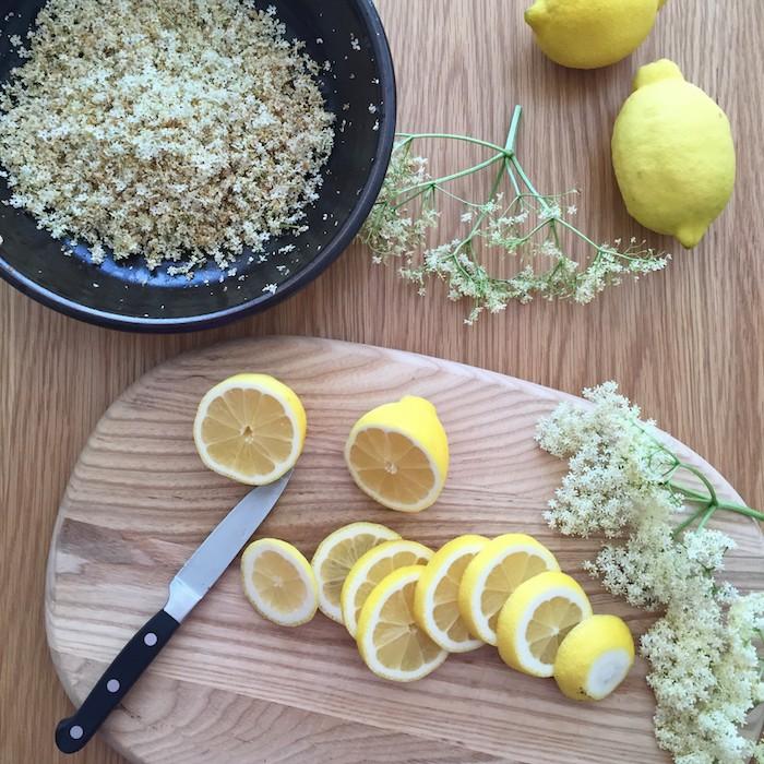 messer holunderblütensirup ohne zucker rezept ein brett aus holz gelbe zitronen schneiden