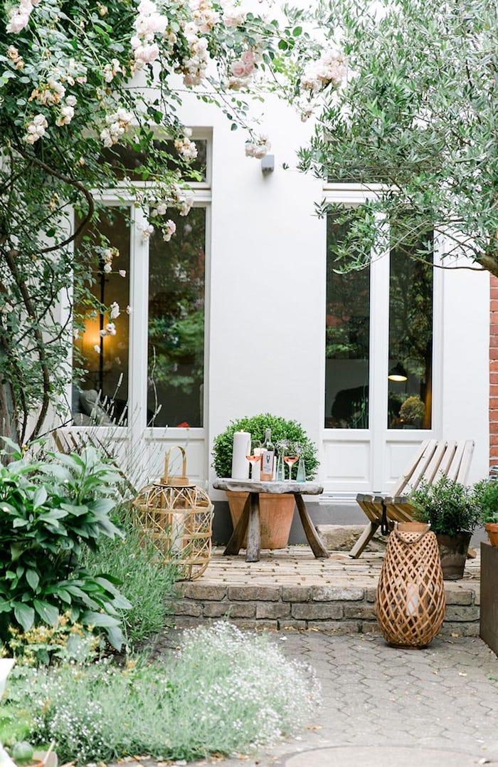 minimalistische außeneinrichtung garten modern gestalten kleiner runder tisch mit drei beinen gartenmöbel holz