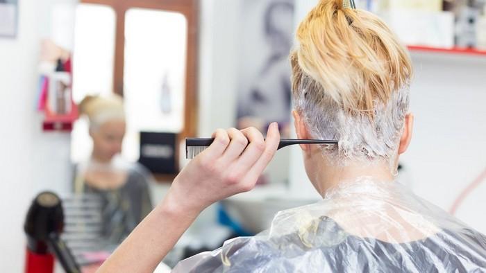 mittelblonde haare schöne haarfarben blond tönung frau mit kurzem haar färbt selber spiegel
