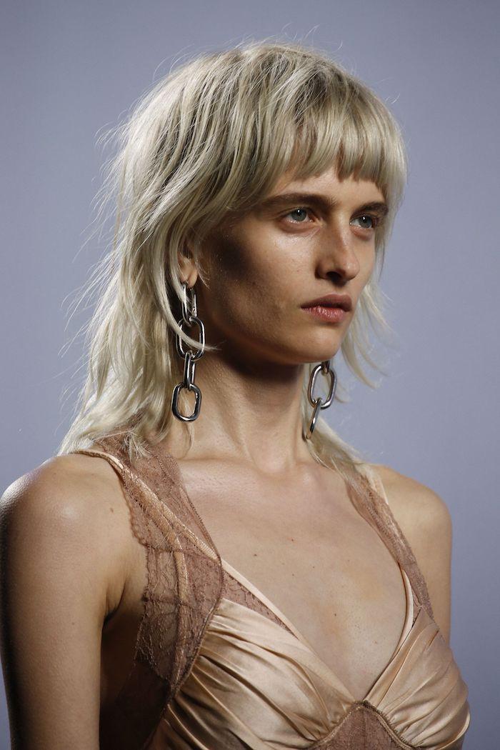 model fashion show blonde kurze haare vokuhila frau 2021 mit pony mullet frisur ideen