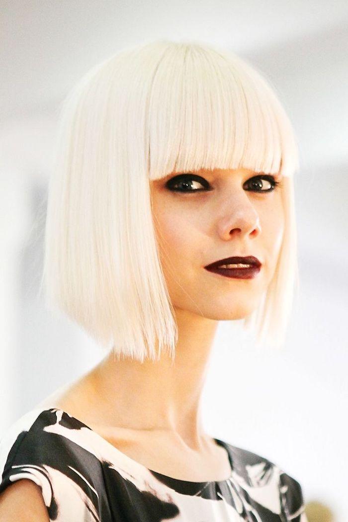 model fashion show schwarz geschminkte augen und dunkel roter lippenstifft plantinblonde haare bob frisuren mittelang mit langem pony kurzhaarfrisuren inspiration