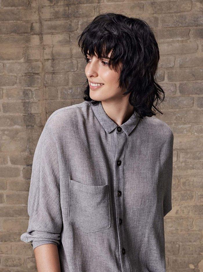 model mit lässigem grauen hemd frisur vokuhila schwarze haare kurz moderner schnitt