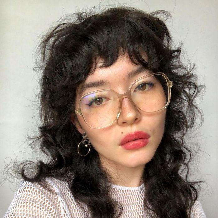 moderne frisuren ideen und inspiration coole große brillen frau mit schwarzen lockigen haaren shag haircut inspo