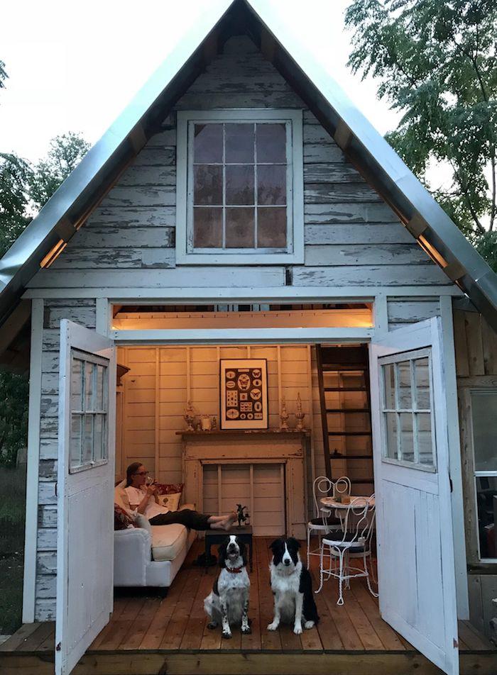 moderne gartenhäuser aus holz gartenhaus umgewandelt im zimmer weißes sofa kleiner kaffeetisch zwei schwarz weiße hunde