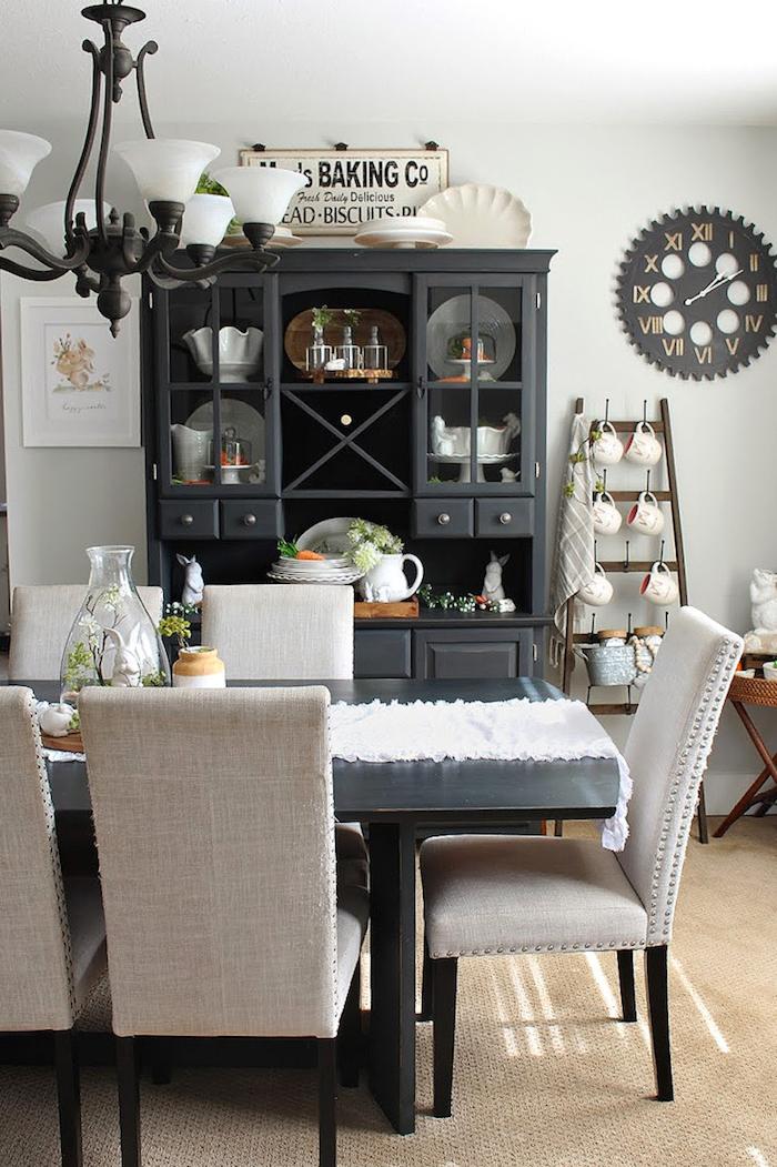 moderne und klassische einrichtung essbereich schwarzer tisch beige stühle dunkler schrank ideen esszimmer ausstattung