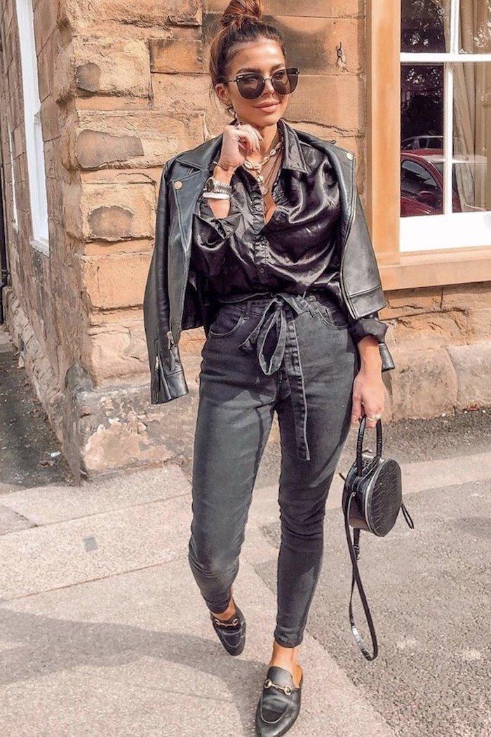 monochromes outfit paperbag hose schwarz jeans weites hemd und lederjacke runde mini tasche große sonnenbrillen hochgesteckte im haarknoten haare
